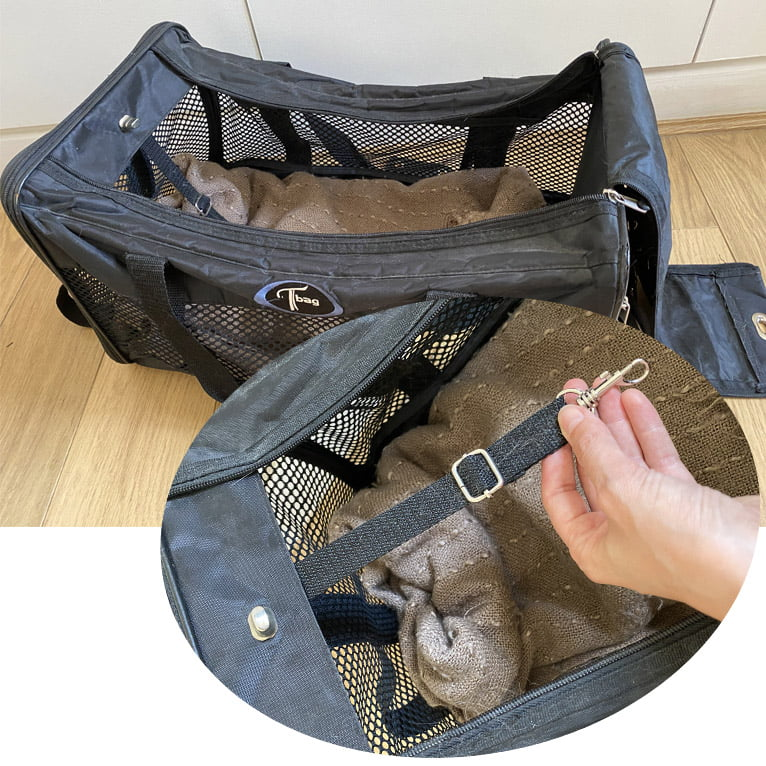 attacher la laisse à l'intérieur du sac de transport du chat